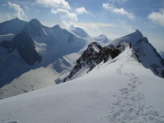 Depuis le sommet ouest, une vue sur la suite...