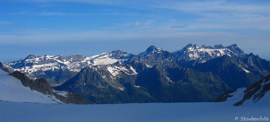 Nos Alpes Calcaires vues depuis le glacier de Trient.