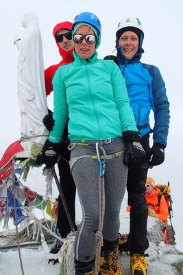 Carole, Bruno et Pierre à coté de la Madone du sommet. Bravo !