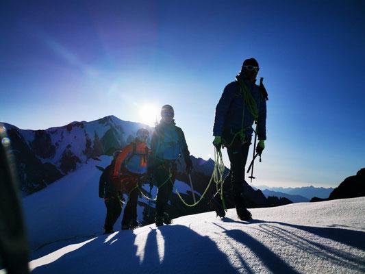 Notre cordée au dessus du Col des Dômes avec vue Mt-Blanc