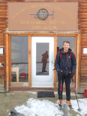 Gérard à la porte d'entrée de la Cabane