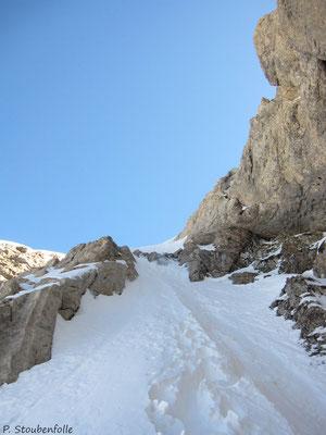 Crampons et piolet nécessaires pour passer la partie la plus raide entre le Trou et le sommet de la Pointe Bourdillon.