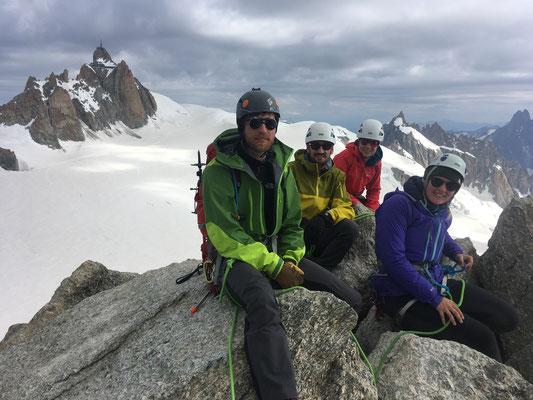 Tous au sommet sur fond d'Aiguille du Midi