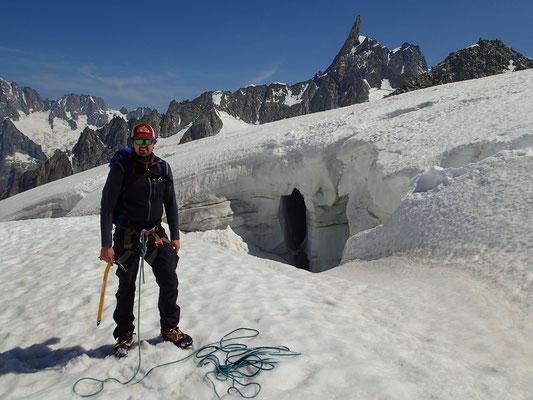 Devant une des crevasses du Glacier du Géant