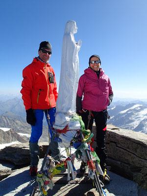 Véronique et Marc entourent la Vierge du sommet