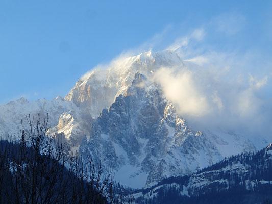 Vue fantastique du Mt-Blanc italien dans le vent à Courmayeur