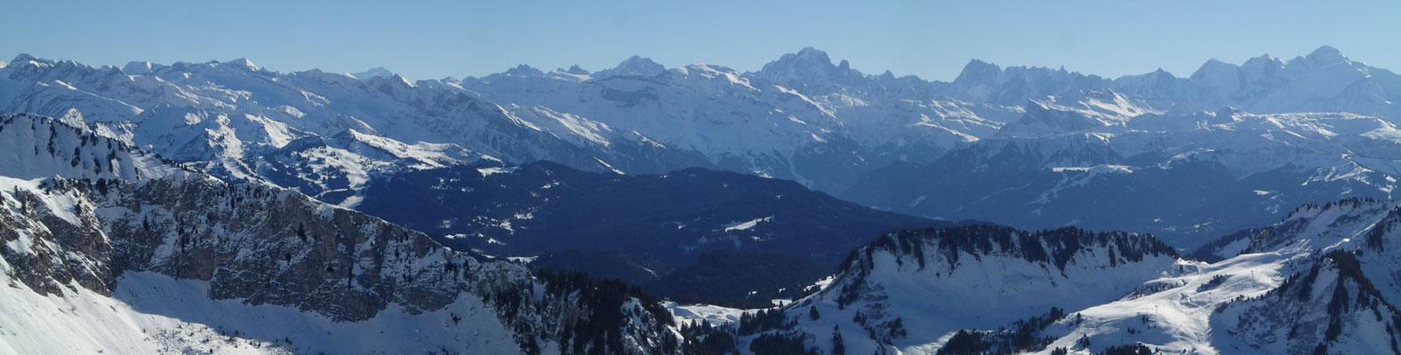 Les vues depuis les différents sommets du massif valent le détour! Ici, en direction du Mt-Blanc