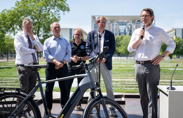 Prominente Begrüßung vor dem Paul-Löbe-Haus durch die Veranstalter sowie Wolfgang Schäuble (CDU / Bundestagspräsident) und Andreas Scheuer (CSU / Bundesminister für Verkehr und digitale Infrastruktur)