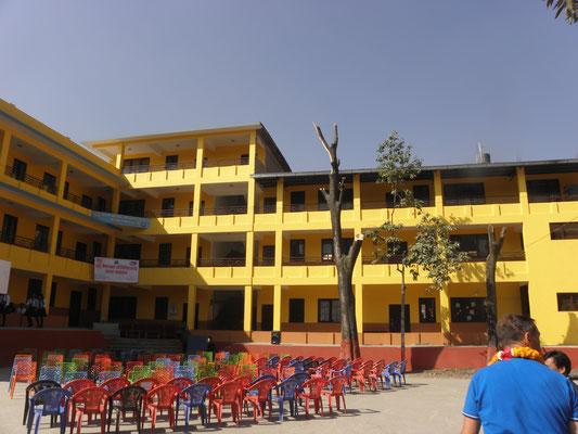 © Deuter - In schönen Farben gestrichene Schulgebäude besteht heute aus drei Stockwerken und zehn Klassen
