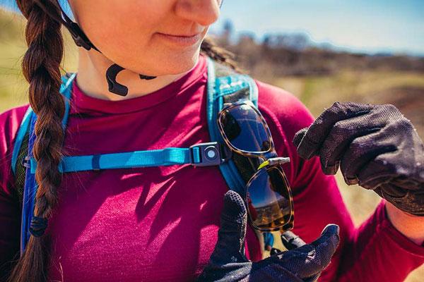 Befestigungsmöglichkeit für die Sonnenbrille am Schultergurt ©GREGORY