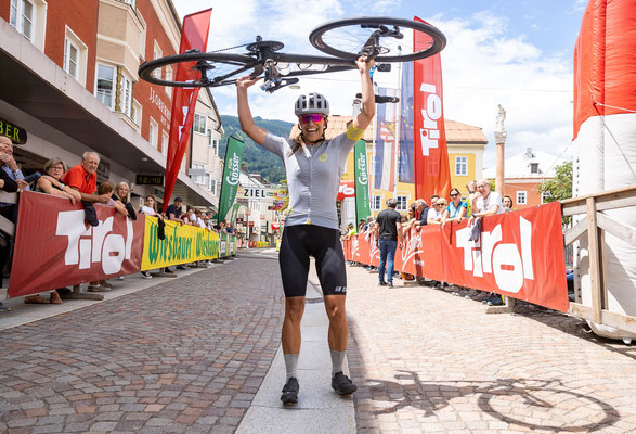 Bianca Somavilla jubelt über ihren 2. Sieg bei der Dolomitenradrundfahrt  © Expa Pictures