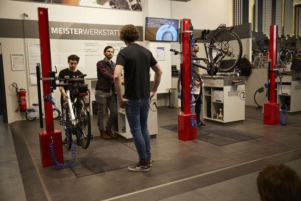 """Der Blick in die Werkstatt bei Fahrrad Denfeld in Bad Homburg zeigt, dass eine zertifizierte Qualitätswerkstatt nichts mehr mit der kleinen Schrauberbude gemein hat, an die viele vielleicht beim Wort """"Fahrradwerkstatt"""" denken. © ZEG"""