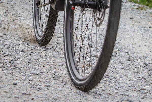 Auf einer Schotterpiste deutlich zu erkennen: Bei einer Vollbremsung blockiert das Hinterrad, während am Vorderrad das ABS ein Blockieren verhindert. ©Pegasus