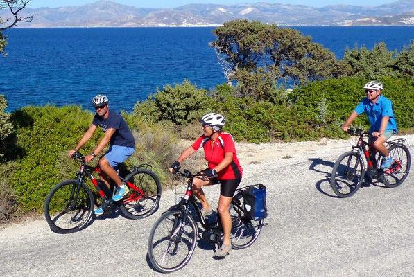 Der Slow-Trekking-Spezialist Hauser Exkursionen bietet geführte E-Bike-Touren auf den griechischen Kykladen an. ©Hauser Exkursionen/Peter Schibberges