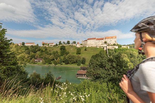 Die Touren führen an Flussufern, Burgen und der berühmten Inn-Salzach Architektur entlang © Inn-Salzach Tourismus