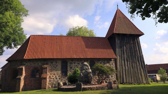 Alte Kirche in Wieren (12. Jh., erweitert im 14. Jh.). Foto: Torsten Nowotny