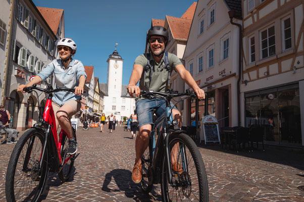 Bad Mergentheim ist eine Fahrradstadt. Es ist sogar möglich, die Altstadt von Bad Mergentheim per Rad zu erkunden. Sehenswert ist zum Beispiel der Marktplatz mit seinen zahlreichen Fachwerkhäusern. Foto: Philipp Reinhard