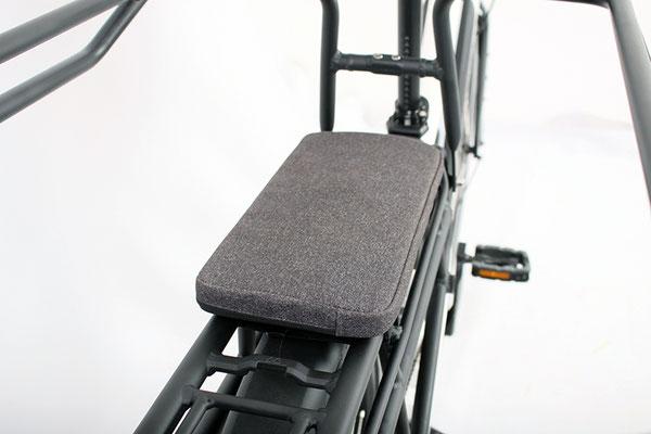 Ein Sitzkissen bietet den kleinen Passagieren wohligen Sitzkomfort. © VeloTOTAL