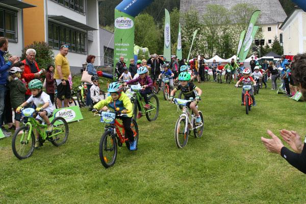 Beim Kids Cup und Laufradrennen auf verschiedenen Rundkursen haben am Samstag 107 Kinder und Jugend-liche zwischen drei und 17 Jahren erste Wettkampfluft ge-schnuppert oder ihre Erfahrungen am Rennkurs ausbauen können. Foto: MTB Festival