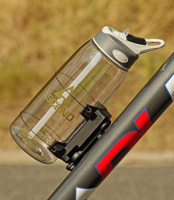 FIDLOCK UNI CONNECTOR Beispiel Kunststoff Trinkflasche / Foto: Fidlock