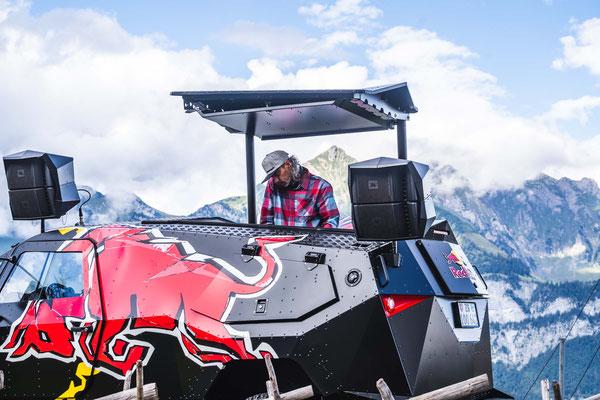Musikalische Unterhaltung mit FJ Igore auf dem Red Bull Truck.