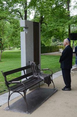Manfred de Vries, Vorsitzender der Jüdischen Gemeinde, spricht das Totengebet Kaddisch