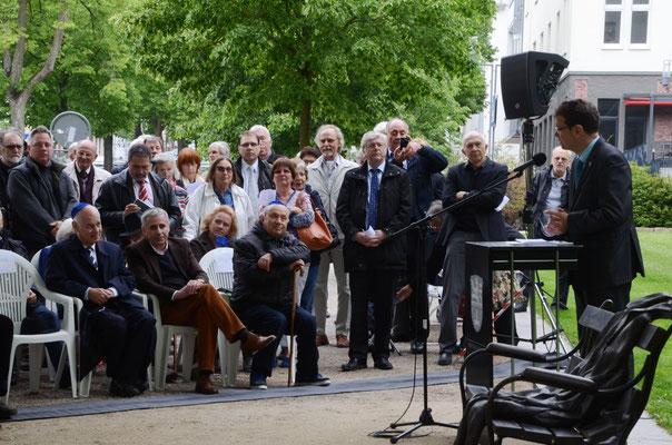 Besucher der Einweihungsfeier, darunter Mitglieder der Jüdischen Gemeinde