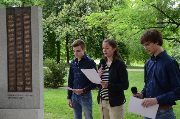 Leander Gronau, Lucia Parbel und Moritz Kirchner verlesen die Namen der Holocaustopfer