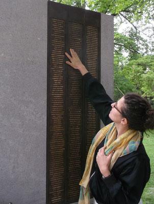Noemi Baumblatt findet die Namen ihrer Urgroßeltern auf der Bronzetafel
