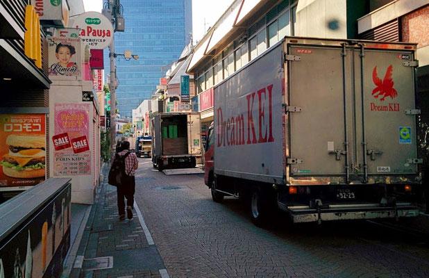 見事な納品トラックの列。