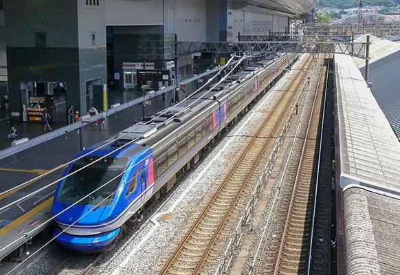 日本一長いホームの京都駅0番線(+30番線)。発車するのはスーパーはくと。