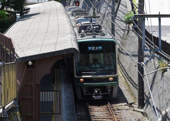 鎌倉行きが極楽寺駅に到着。