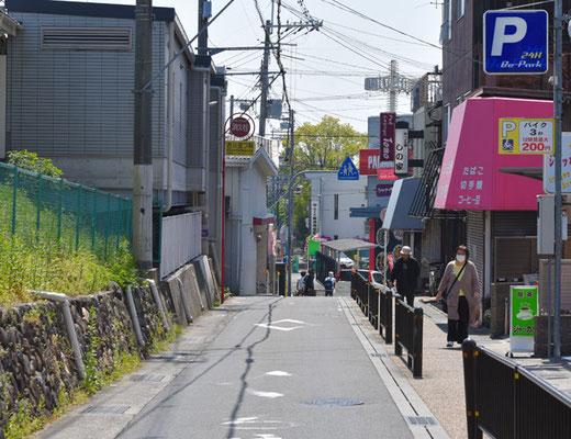 総持寺駅と平行している一通の道路。