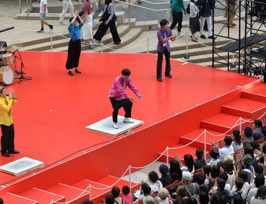 エントランスの中庭ではタップダンスのショーが。