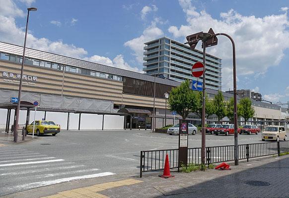 阪急「洛西口」駅前ロータリーに人影なし。