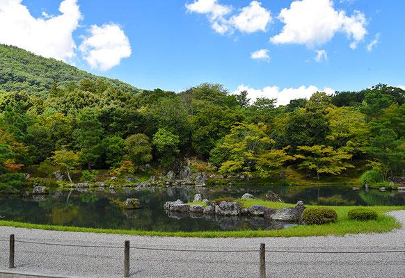 池泉回遊式の庭園で、嵐山や庭園西に位置する亀山を取り込んだ借景式庭園でもある。