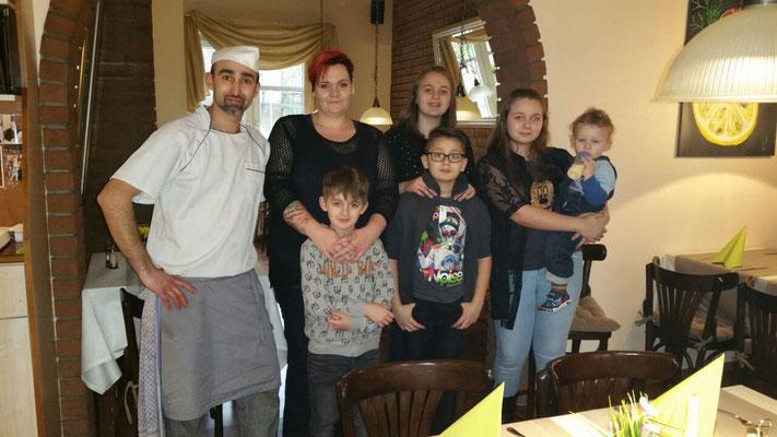 Inhaber Jacki (Fatmir Osman, ganz links) mit seiner Familie