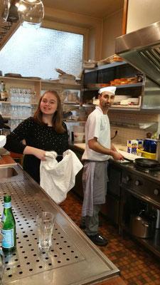 Inhaber und Koch zugleich: Jacki mit einer Mitarbeiterin in der offenen Küche