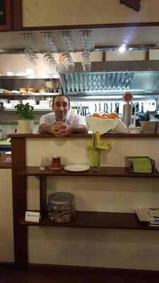Jacki an seinem Lieblingsplatz: in der offenen Küche hinter dem Tresen.