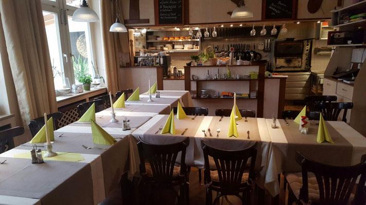 Auch größere Feiern sind im Da Capo kein Problem, wie hier mit der großen Tafel im Gastraum.