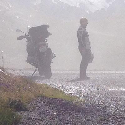 Überrascht durch Nebel. Auf dem Sustenpass im Herbst.