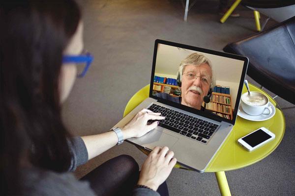 In unseren Webinaren können Sie den Dozenten Kurt Ditschler live zuhören und - wenn Sie wünschen - ebenfalls live per Kamera und Mikrophon Fragen stellen und mit den anderen Teilnehmern interagieren.