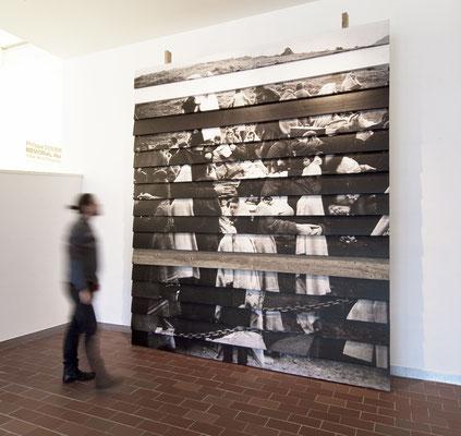 Mémorial Retirada 2, images photographiques laser et papier marouflés sur planche de bois brut, ossature bois, planche vieillie, 360x290x40cm. Musée Mémorial de l'Exil, La Jonquera, Catalogne-Espagne, 2013.