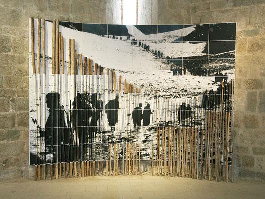 Amarnath 2, 1998-2018, 64 images photographiques en impression laser 30x42cm marouflées sur bois et bâtons de bois flotté, 260x345x10cm. Prieuré de Marcevol. Voir+: travaux_amarnath