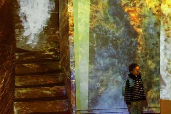 Immersion, 2012, installation vidéo volumétrique, 3 vidéoprojecteurs, son spatialisé, 300x300x700cm, escalier et chaufferie solaire du Mas Saint Jacques, Bompas.