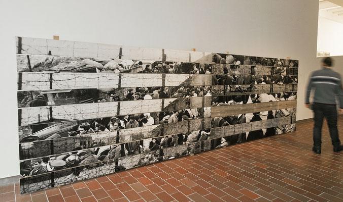 Mémorial Retirada 1, images photographiques marouflées sur planches de bois brut, ossature bois, planche de bois vieillie, 240x585x40cm. Musée Mémorial de l'Exil, La Jonquera, Catalogne-Espagne, 2013.