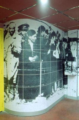 Installation photo volumétrique : images photographiques (impression laser) d'archives marouflées sur parois murales et mobilier. Espace accueil-billeterie du Mediator-Scène Nationale, Perpignan, 1999 (60è anniversaire de la Retirada)