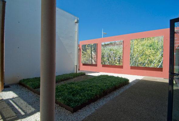 Vue anamorphique du jardin sec, 2012: impressions numériques sur toiles et caissons lumineux, plantes tapissantes résistantes à la sècheresse, graviers, galets, acier.