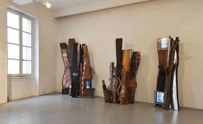 Fragments d'une forêt 1,  fragments d'arbres, bois brulé, images photographiques marouflées sur bois, adhésifs, gaines, grillages, fil de fer, rails, écrans numériques, séquences vidéo simultanées de cascades et de brûlis. Galerie Martagon, Malaucène.