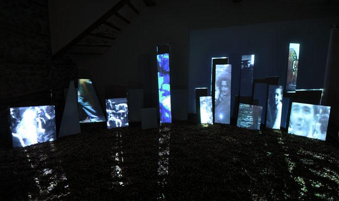 Fulgurations 1,  plaques d'aluminium composite, images vidéo, vidéoprojecteurs, ordinateur, dimensions variables, 2011. Vidéo O. Moulaï [36vues].